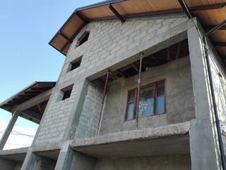 Продаётся 2-х этажный незавершённый дом на 10-ти сотках в Яловень по ул. Г. Виеру. Цена: 70000 евро.