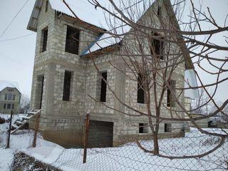 Se vinde casa in Ungheni cu 2 etaje,mansarda, beci, si garaj.