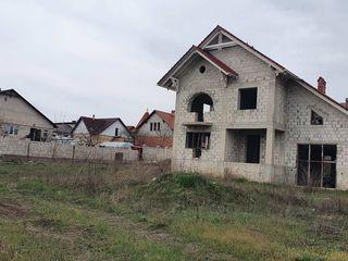 Vă propunem această Casă în stil clasic cu 2 nivele, comuna Ciorescu.