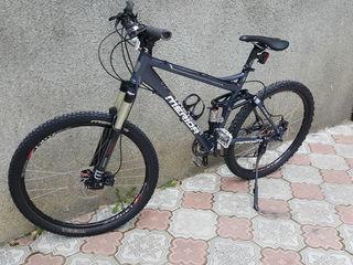 Vind bicicleta  Merida foarte buna amortizatoarele amindoua pe aer totul este shimano deor