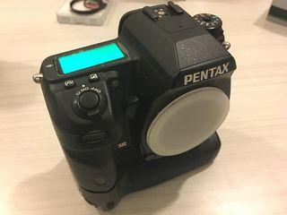 Продаю профессиональный зеркальный фотоаппарат Pentax k5IIS, 1 объектив к нему, вспышка, грип