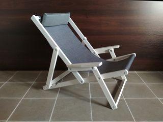 Кресло-шезлонг раскладное из натурального дерева.