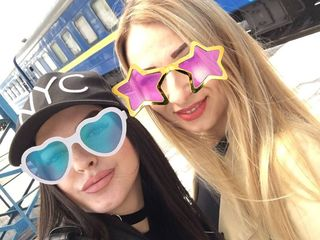Две весёлые девушки