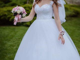 Vind rochie de mireasa marimea M (46-48) îmbrăcată o singura data,rochia este in stare ideală...