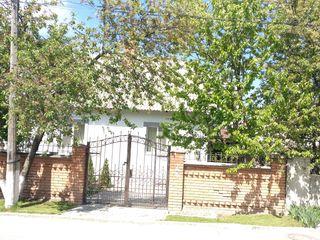 Urgent ! Spre vânzare 1/2 din casă, 76 mp + 3 ari, la doar 42 000, în Stauceni!