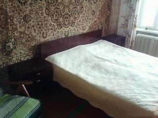 Сдам 1- одну комнату   в трехкомнатной квартире !    =   1500 лей + коммунальные !