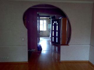 Apartament cu 3 camere de vanzare.
