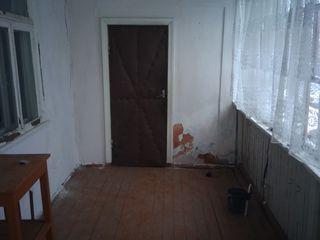 Дом из трех комнат и пристройка.Летняя кухня.
