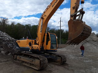 Servicii de excavare cu excavator de 22 t.