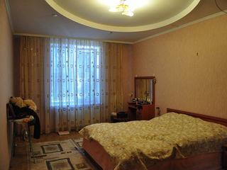 Se vinde apartament cu trei camere