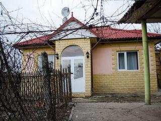 Se vinde casa pe pamin in centru Cainarului