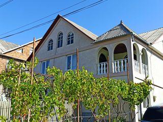 Se vinde casă cu 6 dormitoare, terasă, beci si garaj de tip închis.