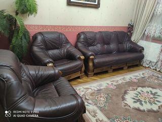 Vind set canapea cu 2 fotolii din piele stare ideală