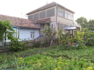 Продается в Унгень двухэтажный дом + времянка.