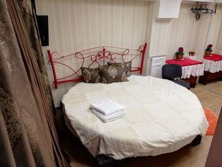 Круглая кровать для пары. Центр, тепло, 2 комплекта чистого постельного.