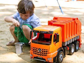 Огромная мусорная машина, выдерживающая вес ребенка
