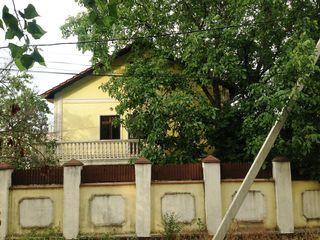 Schimb - casa cu 2 etaje, 2 garaje, teren 5 ari, la Botanica