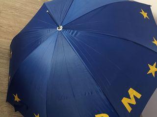 Umbrelă absolut nouă și trainică, mare, culoarea merge pentru oricine, 200 lei.