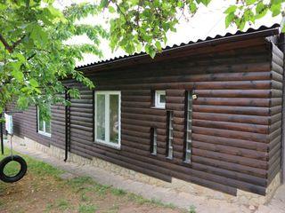 Durlești, str. Viilor 14. Se vinde o parte de casă, suprafața 110 m.p. lot de 6 ari. Garaj.