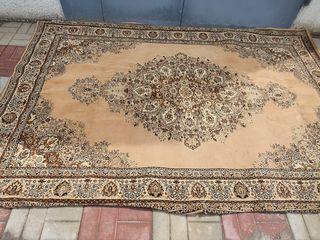 Продам ковёр цена 700 лей.