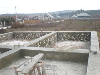 Lot de teren cu beci si temelie