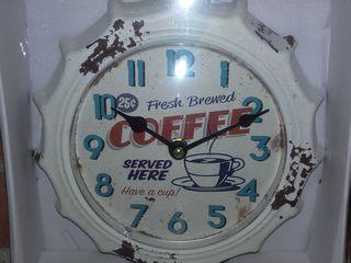 Настенные часы в виде крышки от бутылки.