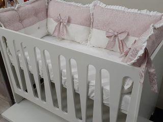 В наличии очень красивый комплект подушек - бортиков в кроватку для девочки из хлопкового сатина.