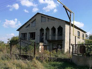 Casa cu 3 nivele! 300 mp si 17 ari de teren