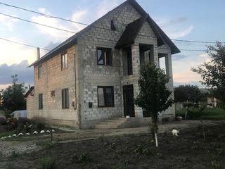 Vând casă cu 2 nivele