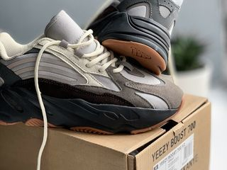 Adidas Yeezy 700 V2 Colorway