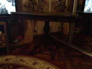 Антикварный стол - 1300 лей ( требует реставрации ) , журнальный - 1200 лей