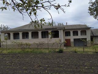 Casa are 7 camere, subsol, garaj, 2 balcoane, gaz, fîntînă, încăperi pentru animale-păsări.