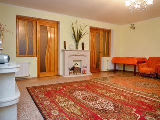 Ialoveni - Centru, 3 odai, primul etaj, facilitati - ograda, subsol, intrare dubla