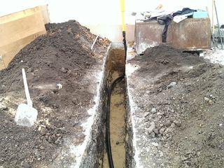 Копаем траншею под водопровод.