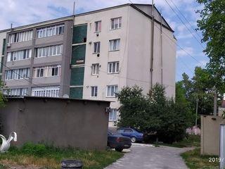 Vând apartament cu garaj!