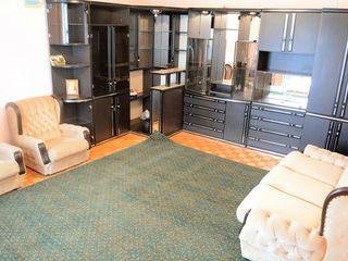 Pret nou!  apartament sau casa?  curte privata, garaj, beci, perfect p-u o familie.