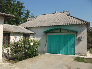 Дом в хорошем состоянии,есть подвал,гараж,летняя кухня,сараи,всё каменное.