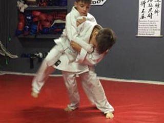 Judo pentru copii de la 9 ani, grupe de14 copii cu 2-3 ani diferenta.