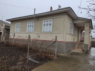 Продается дом 5 комнат 121 кв.м. с. Корлатень. Газифицирован, газовое отопление расположение на втор