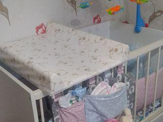Кроватка с бортиками, мобилем и пеленалка