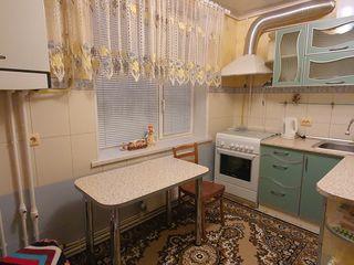 vind apartament cu 3 odai, mobilat complet și cu tehnica de uz casnic. Centru