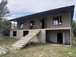 Se vinde casa cu un proiect foarte bun, teren foarte mare, copaci fructiferi ,vie roditoare