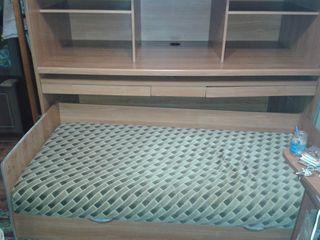 Двух яросная кровать для детей, с матрасом и писменным столом.Pat penru copii cu doua nivele