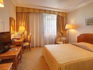 Центр гостиничный комплекс действующий  3000м2 20 соток приватизированной земли 56 номеров