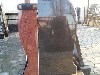 Monument din granit negru la pret accesibil impreuna cu instalare