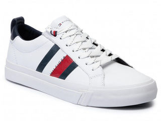 Tommy Hilfiger Sneakers Flag Detal Leather. Белые кожаные кроссовки с полосками с логотипом.