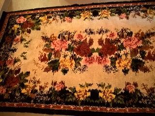 Ковер  старинный 290х145 см, подушки пухо-перьевые,подушки меховые, скатерть