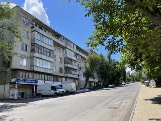 Vind apartament cu 3 camere vizavi de Green Park, Telecentru!