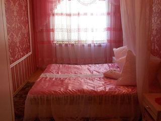 Vind casa total finisata foarte incapatoare si luminoasa intr-un loc linistit si pitoresc
