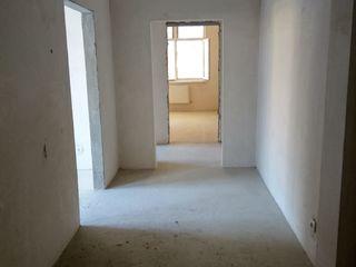 Vand apartament la alb nou, primul etaj + spațiu garaj